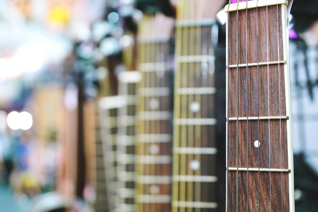 Primo piano della chitarra acustica con il primo piano dello spazio della copia