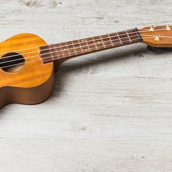 Primo piano della chitarra acustica in legno sul tavolo