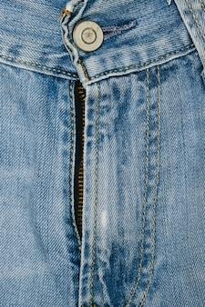 Primo piano della chiusura lampo delle blue jeans
