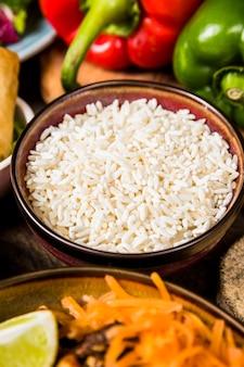 Primo piano della ciotola di ceramica di riso bianco