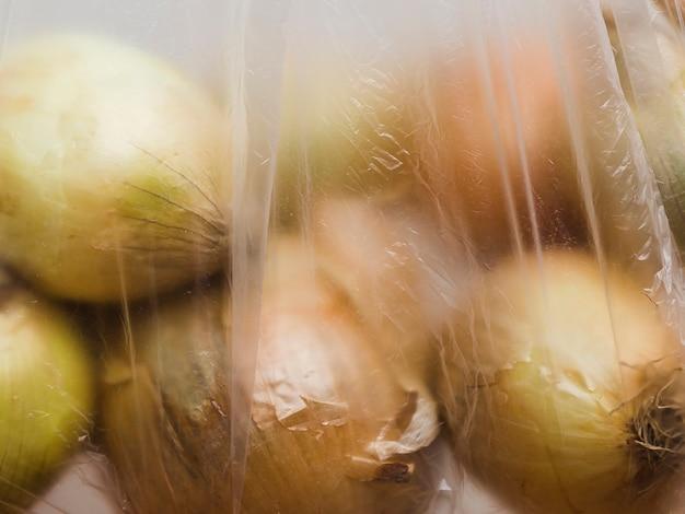 Primo piano della cipolla organica in sacchetto di plastica