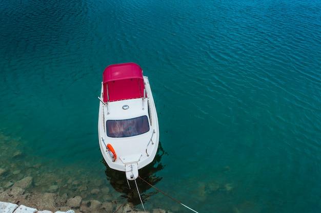 Primo piano della corda di attracco e dell'imbarcazione a motore.
