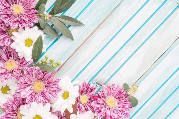 Primo piano della decorazione dei fiori sul contesto a strisce di legno