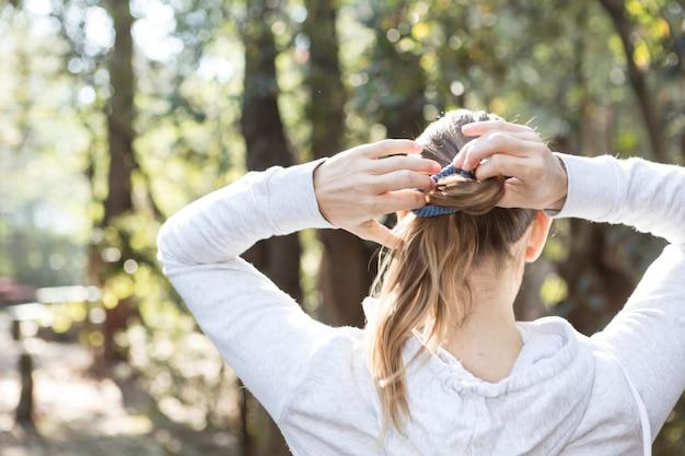 Primo piano della donna che fissa i capelli