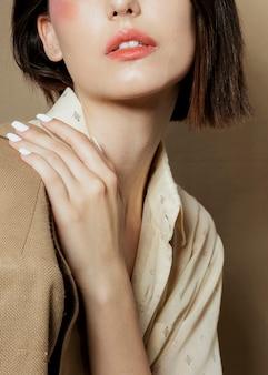 Primo piano della donna che posa con la mano