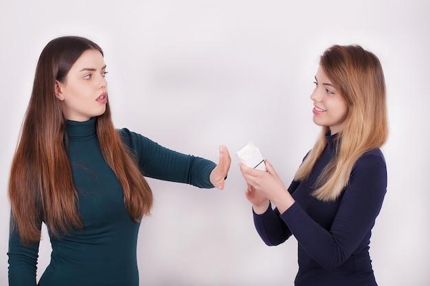 Primo piano della donna che smette di fumare sigarette