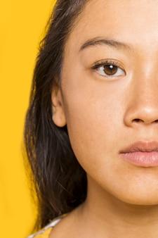 Primo piano della donna con gli occhi marroni