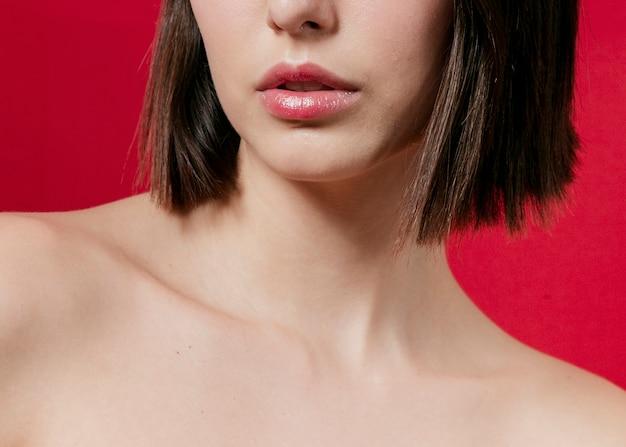 Primo piano della donna con scollatura
