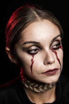 Primo piano della donna con trucco di sangue falso