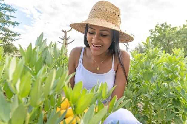 Primo piano della donna di colore che lavora nell'orto
