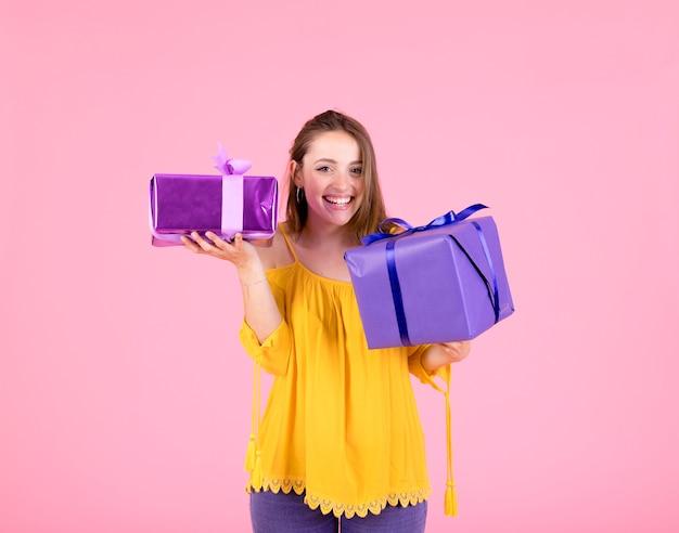 Primo piano della donna felice che tiene due contenitori di regalo