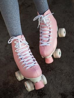Primo piano della donna in calzini con pattini a rotelle