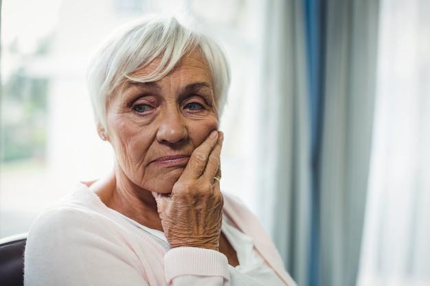 Primo piano della donna senior preoccupata