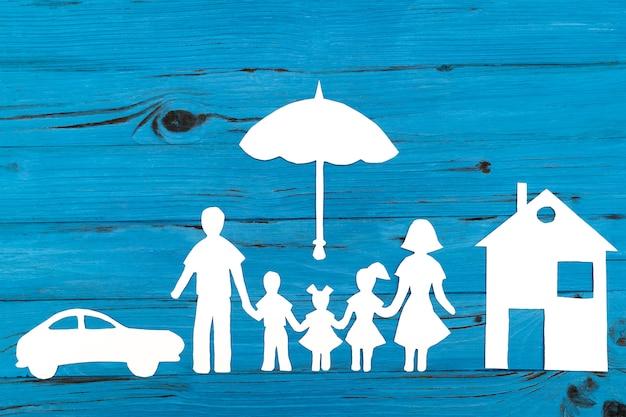 Primo piano della famiglia di carta felice su fondo blu