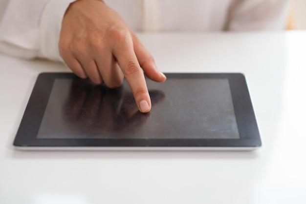 Primo piano della femmina utilizzando il computer portatile