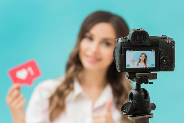 Primo piano della fotocamera sul blogger di registrazione del treppiede