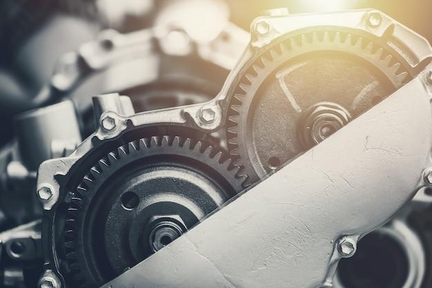 Primo piano della frizione rotante del cambio dell'automobile del veicolo all'interno del motore