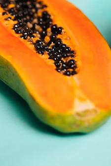 Primo piano della frutta affettata della papaia