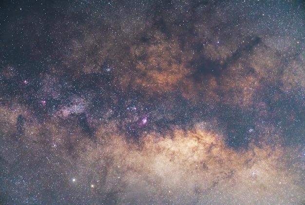 Primo piano della galassia della via lattea con stelle e polvere spaziale nell'universo,