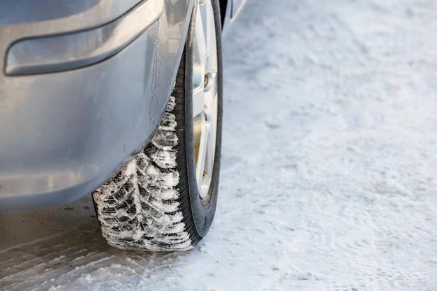 Primo piano della gomma di gomma delle ruote di automobile in neve profonda. concetto di trasporto e sicurezza.