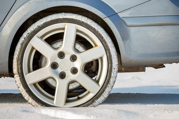 Primo piano della gomma di gomma delle ruote di automobile in neve profonda