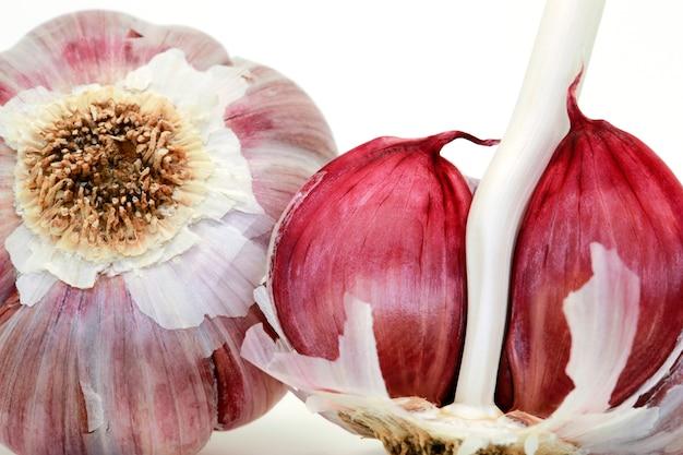 Primo piano della lampadina cruda dell'aglio