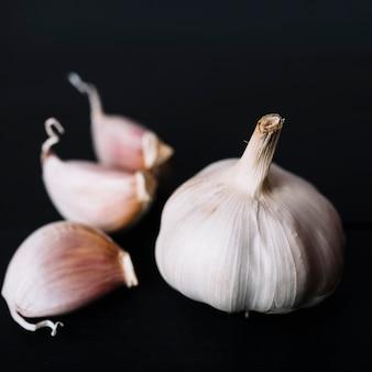 Primo piano della lampadina dell'aglio su fondo nero