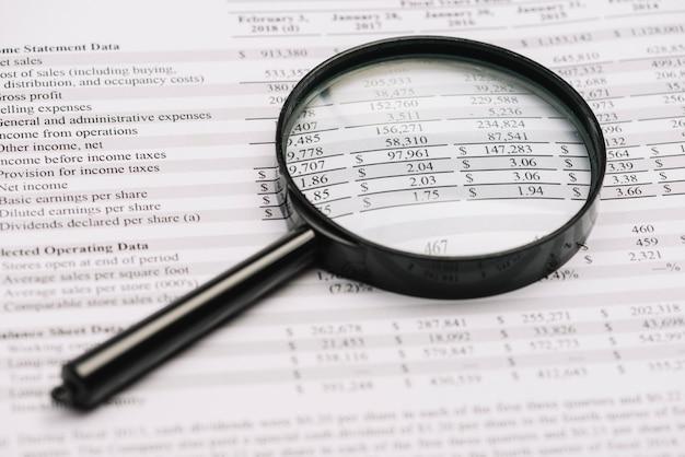 Primo piano della lente d'ingrandimento sul bilancio