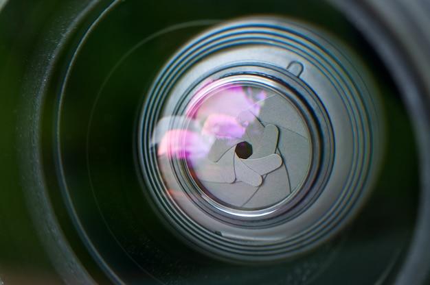 Primo piano della lente. i petali del diaframma.