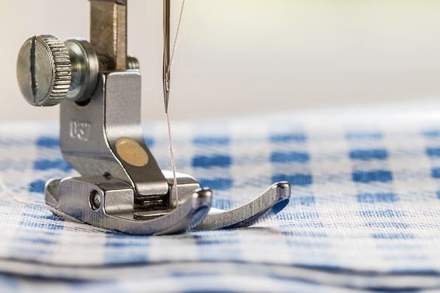 Primo piano della macchina per cucire e del tessuto