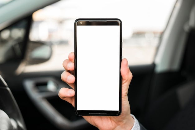 Primo piano della mano che mostra il telefono cellulare con display bianco
