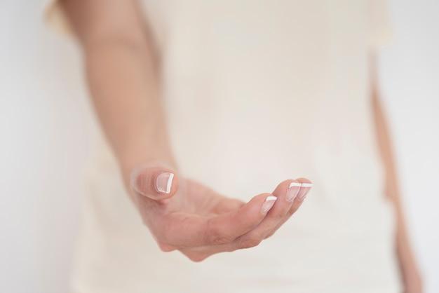 Primo piano della mano con sfondo sfocato