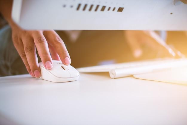 Primo piano della mano dell'uomo d'affari che scrive sulla tastiera e sul topo