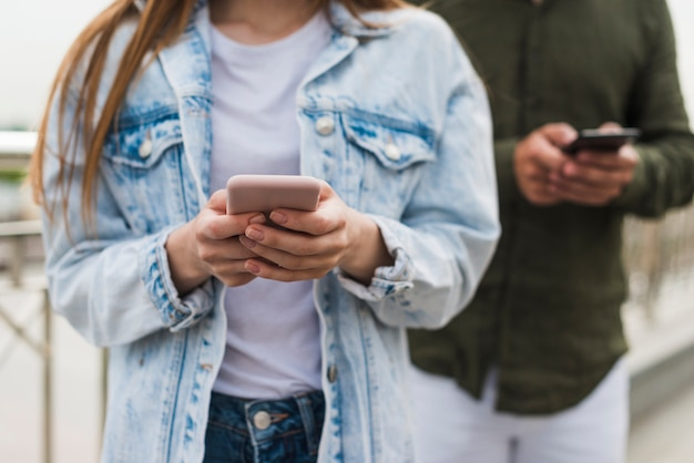 Primo piano della mano della donna usando il cellulare
