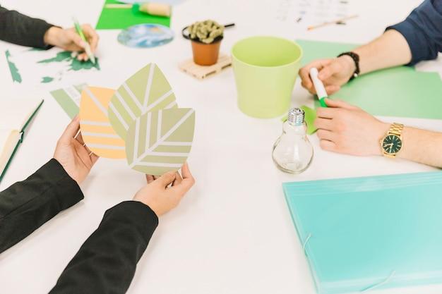 Primo piano della mano di un imprenditore in possesso di icona di eco