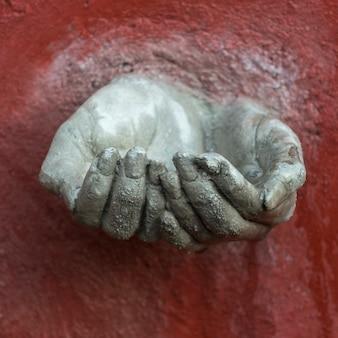 Primo piano della mano umana scolpita sulla parete, zona centro, san miguel de allende, guanajuato, messico