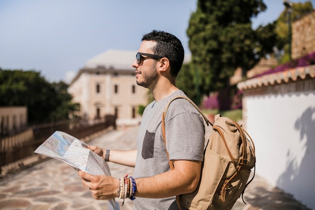Primo piano della mappa turistica tenuta maschio in mano