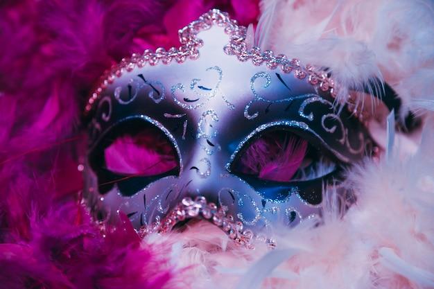 Primo piano della maschera veneziana di carnevale su piume morbide