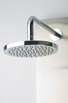 Primo piano della moderna doccia in acciaio inossidabile cromato, per un bagno moderno.