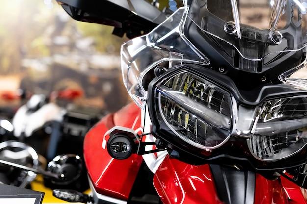 Primo piano della parte anteriore di una nuovissima moto enduro