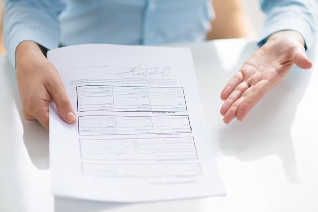 Primo piano della persona che mostra il documento al visore