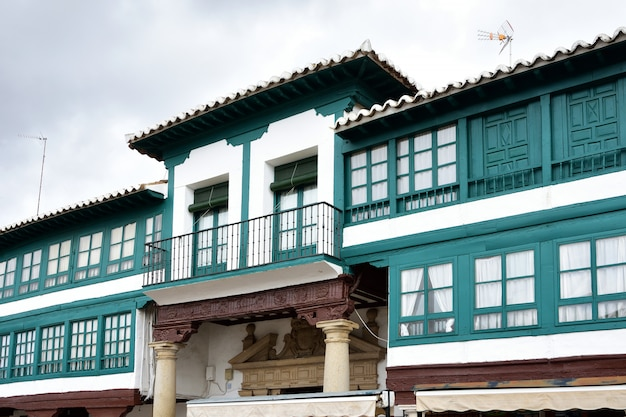 Primo piano della piazza principale (via del don chisciotte) di almagro, provincia di ciudad real, castilla la mancha, spagna,