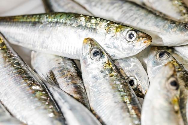 Primo piano della pila del pesce fresco su ghiaccio