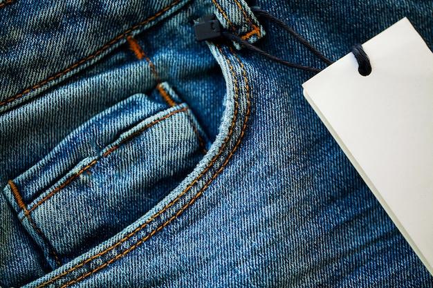 Primo piano della pila delle blue jeans del denim.