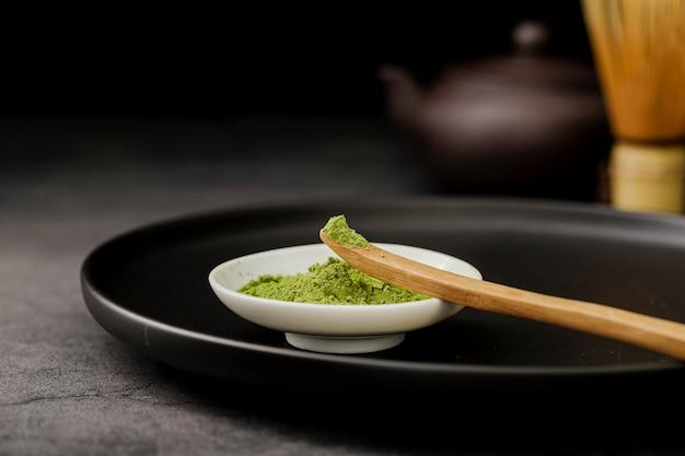 Primo piano della polvere del tè di matcha in ciotola