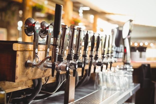 Primo piano della pompa della birra in una fila