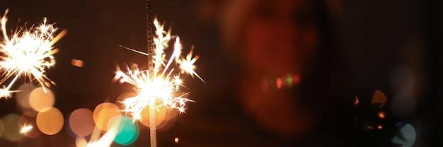 Primo piano della priorità bassa bruciante delle luci del bengala. felice anno nuovo e buon natale concetto