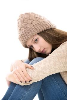 Primo piano della ragazza sola con berretto di lana