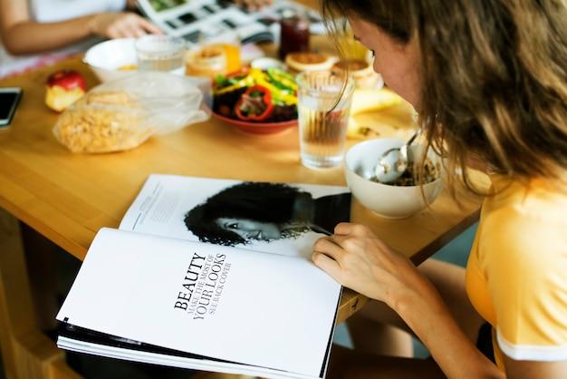 Primo piano della rivista caucasica della lettura della donna