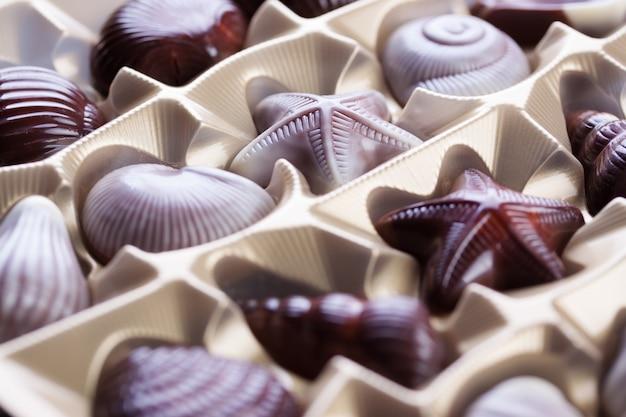 Primo piano della scatola con gustosi cioccolatini